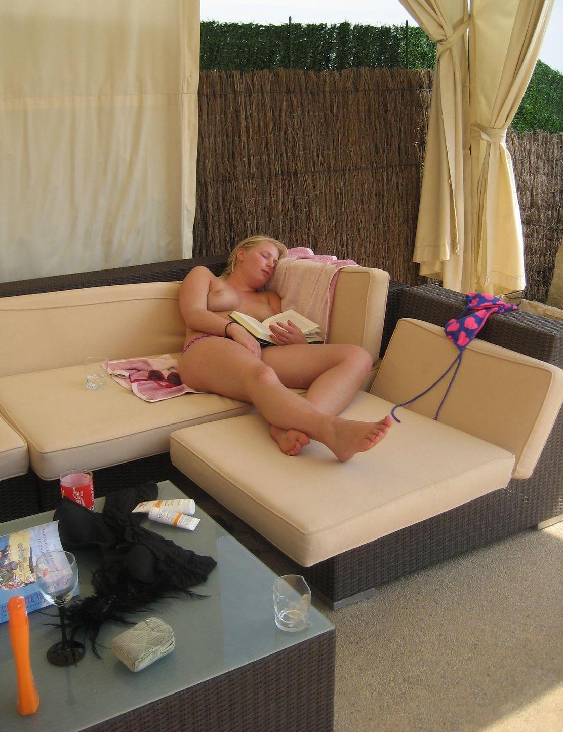 The nude reader's sedative